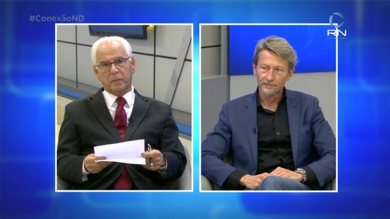 Paulo Alceu e entrevistado na esquerda com o fundo azul