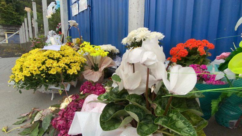 Em frente a escola, muitas flores e mensagens foram deixadas às vítimas da chacina que matou cinco pessoas – Foto: Willian Ricardo/ND
