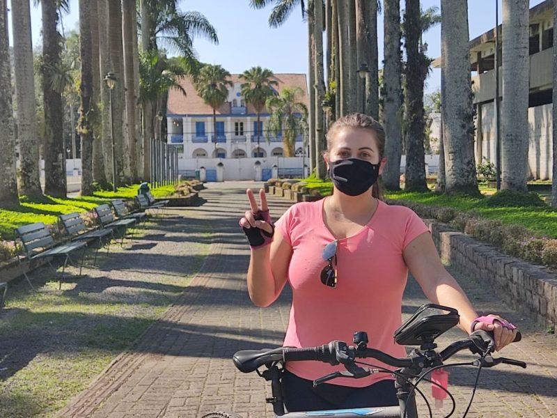 Dani Lando passou a pedalar com a pandemia e percebe diferenças na infraestrutura em vários pontos da cidade – Foto: Arquivo pessoal/Dani Lando