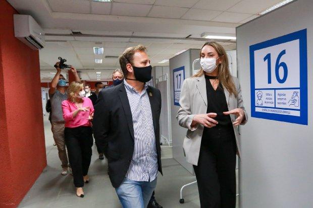 Daniela Reinehr visitou a Central de Imunização de Joinville nesta segunda – Foto: Júlio Cavalheiro