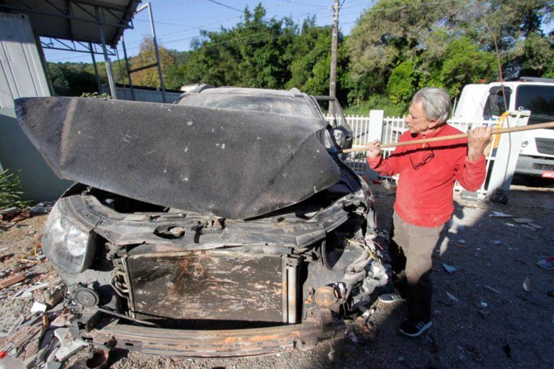 Veículo danificado pela explosão