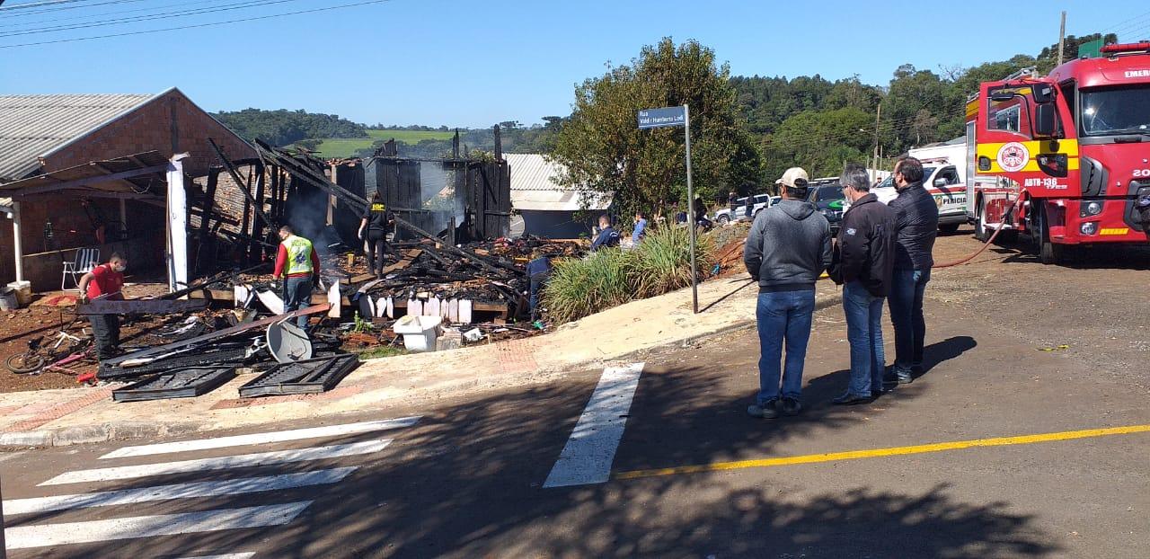 Incêndio destruiu a casa e deixou quatro pessoas mortas. - Jair Correa/NDTV Chapecó