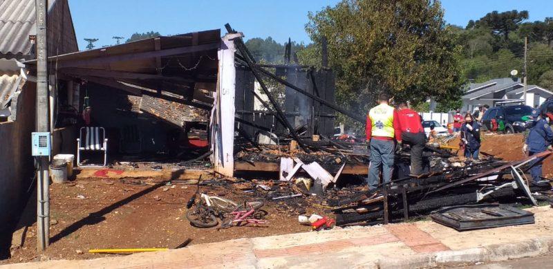 Incêndio destruiu a casa e deixou quatro pessoas mortas. – Foto: Jair Correa/NDTV Chapecó