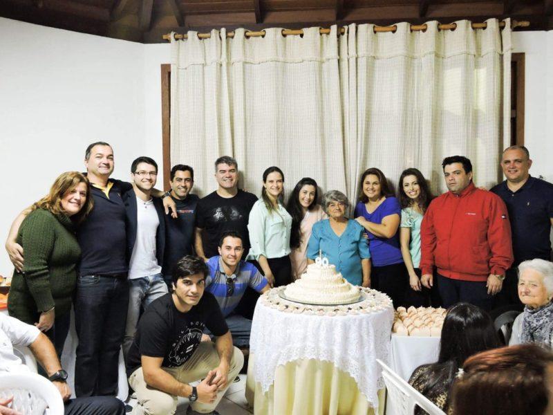Dona Diquinha, hoje, tem 17 netos, alguns reunidos nesta foto, quando ela comemorou 90 anos – Foto: Divulgação/ND