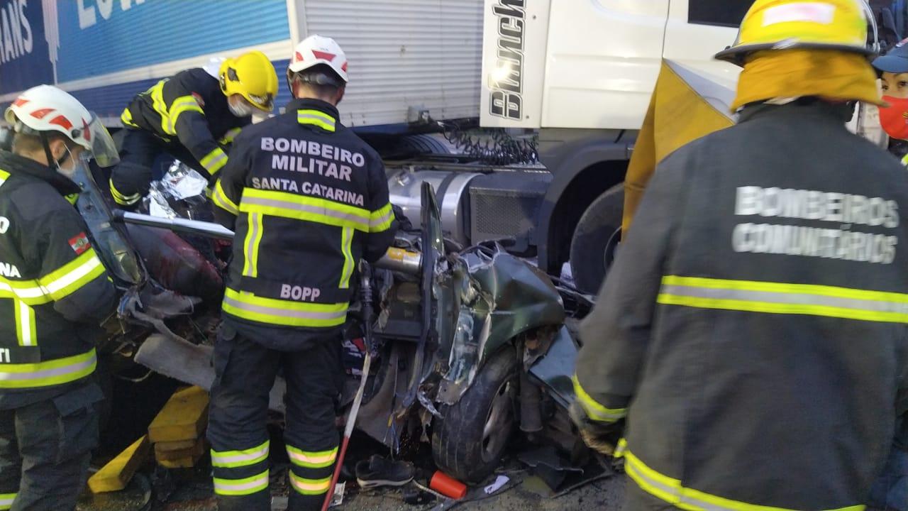 Grave acidente na BR-470 deixou três pessoas mortas e uma ferida - Divulgação/PRF/ND