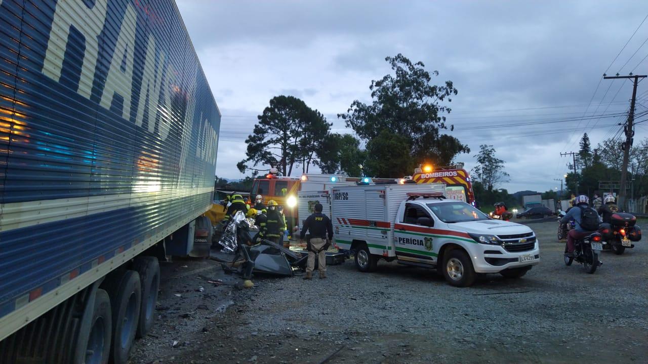 O motorista e os dois passageiros do Volkswagen Santana morreram no local - Divulgação/PRF/ND