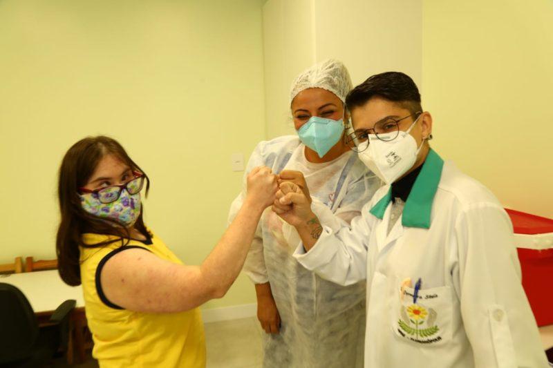 Danielle Malfatti também tomou a vacina nesta sexta-feira (7) – Foto: Leonardo Sousa/PMF/Divulgação/ND