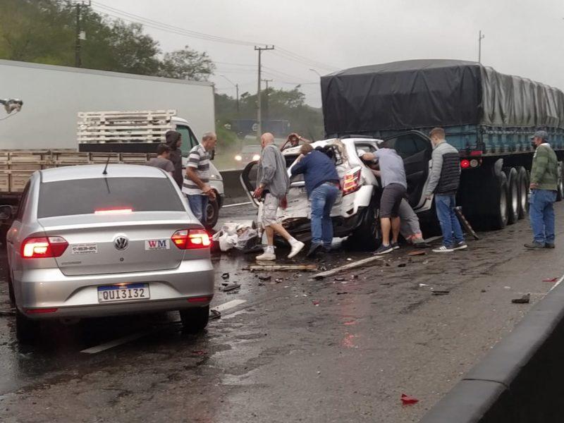 Um engavetamento entre quatro veículos deixou uma pessoa gravemente ferida na tarde desta quinta-feira (6). O acidente foi na BR-101, em Araquari, e causou lentidão no trânsito no local – Foto: Redes sociais