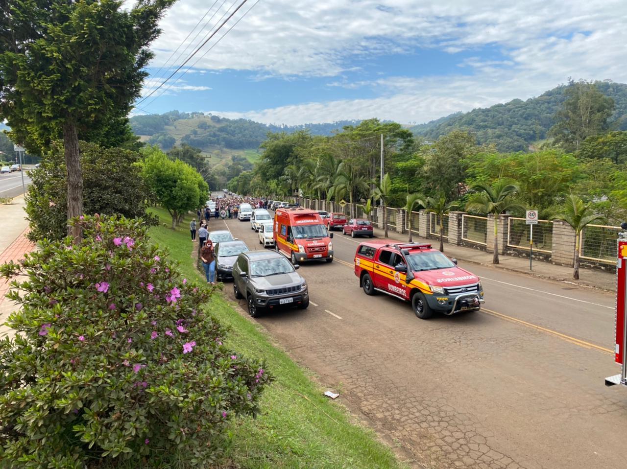 Forte emoção marcou o ato fúnebre das vítimas do ataque em Saudades - Willian Ricardo/ND