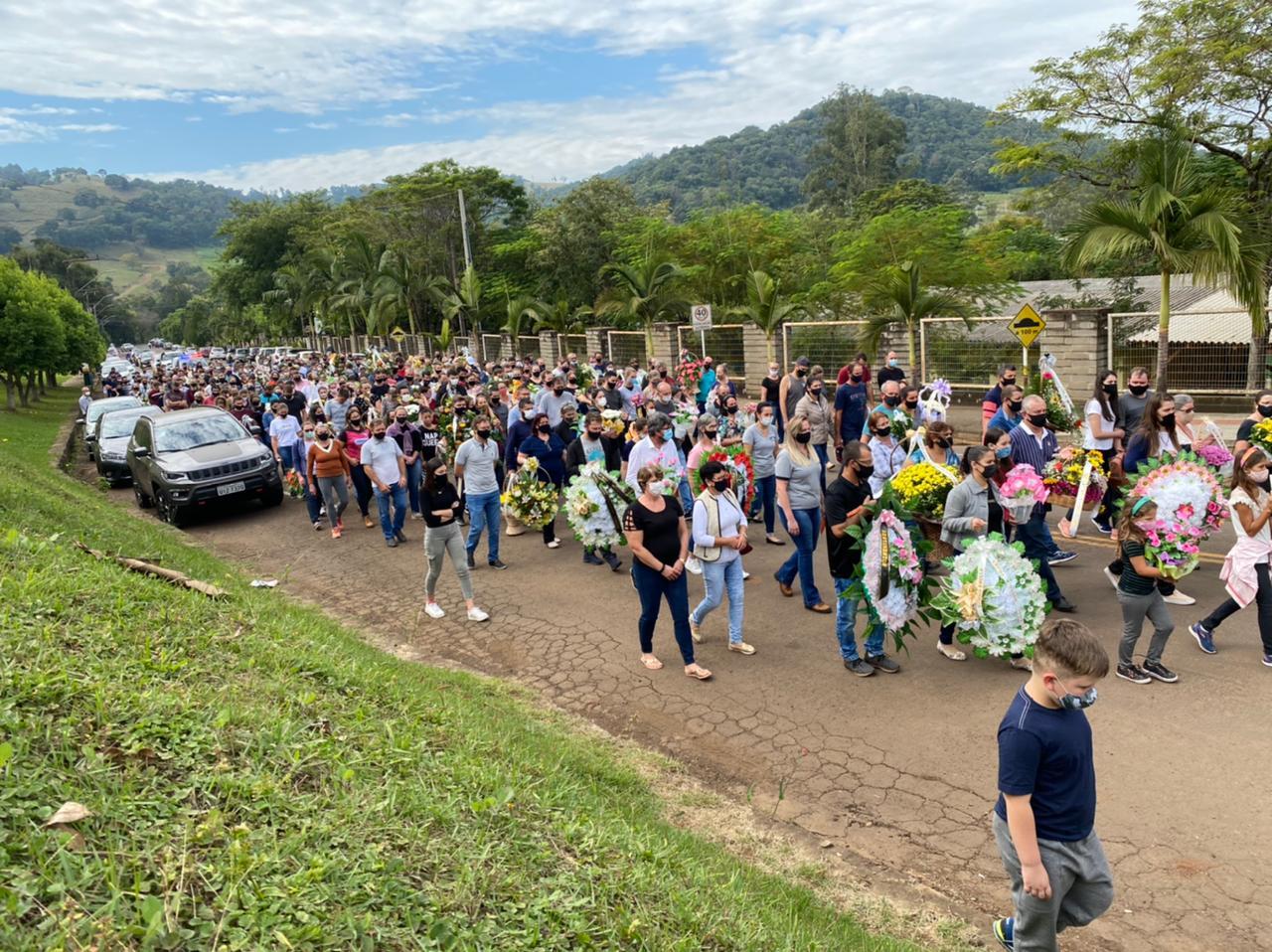 Centenas de pessoas acompanharam o enterro das vítimas do ataque em creche nesta manhã de quarta-feira (5) - Willian Ricardo/ND