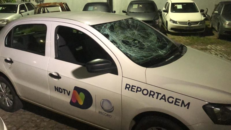 Parte da frente do carro foi totalmente destruída pelos agressores – Foto: Ricardo Alves/NDTV