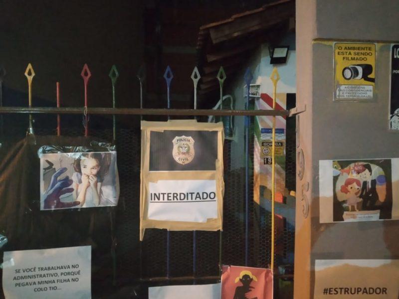Pais e responsáveis protestaram em frente a escolinha na noite desta segunda-feira (17) – Foto: Polícia Civil/Divulgação
