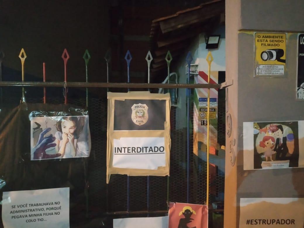 Pais e responsáveis protestaram em frente a recreação, que foi interditada pela polícia – Foto: Polícia Civil/Divulgação