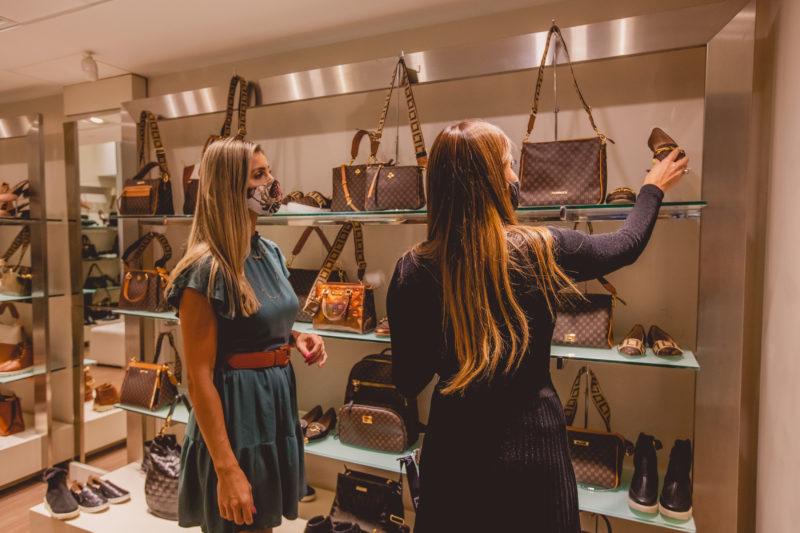 A loja Evidência Acessórios também tem muitos produtos que chegaram à loja especialmente para esta data especial, como sapatos, bolsas, colares, brincos e pulseiras – Foto: Isis Lacombe/ND