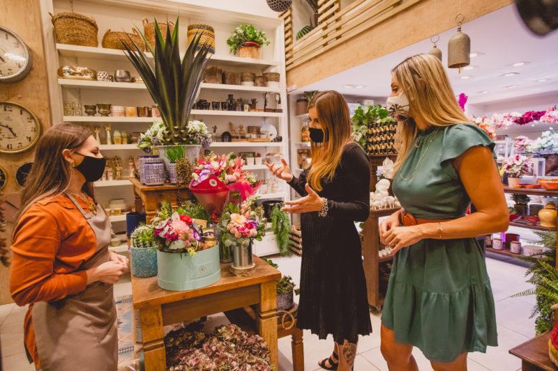 A loja Oficina da Terra também preparou cestas específicas e também personalizadas para o café da manhã da mamãe e muitas opções em flores naturais e artificiais