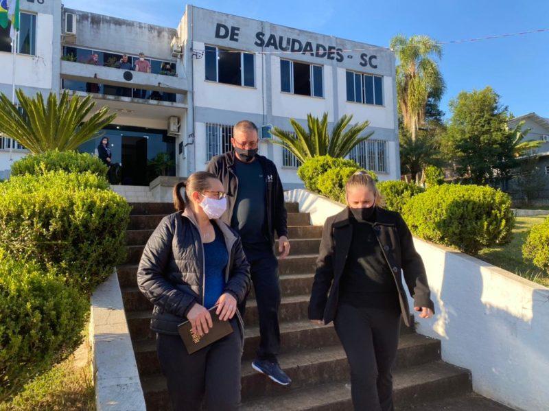 Família ganhou uma bíblia do ministro da Educação, Milton Ribeiro em visita ao Oeste catarinense – Foto: Willian Ricardo/ND