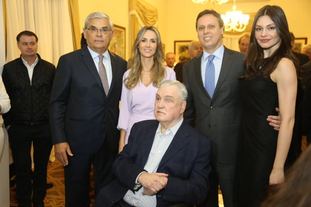 Felipe com filho Antônio recebe condecoração de Eduardo Moreira – Foto: Arquivo