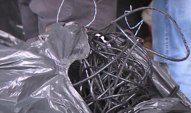 Foram apreendidos botijões de gás, fios diversos e um hidrômetro – Foto: Reprodução/NDTV RecordTV