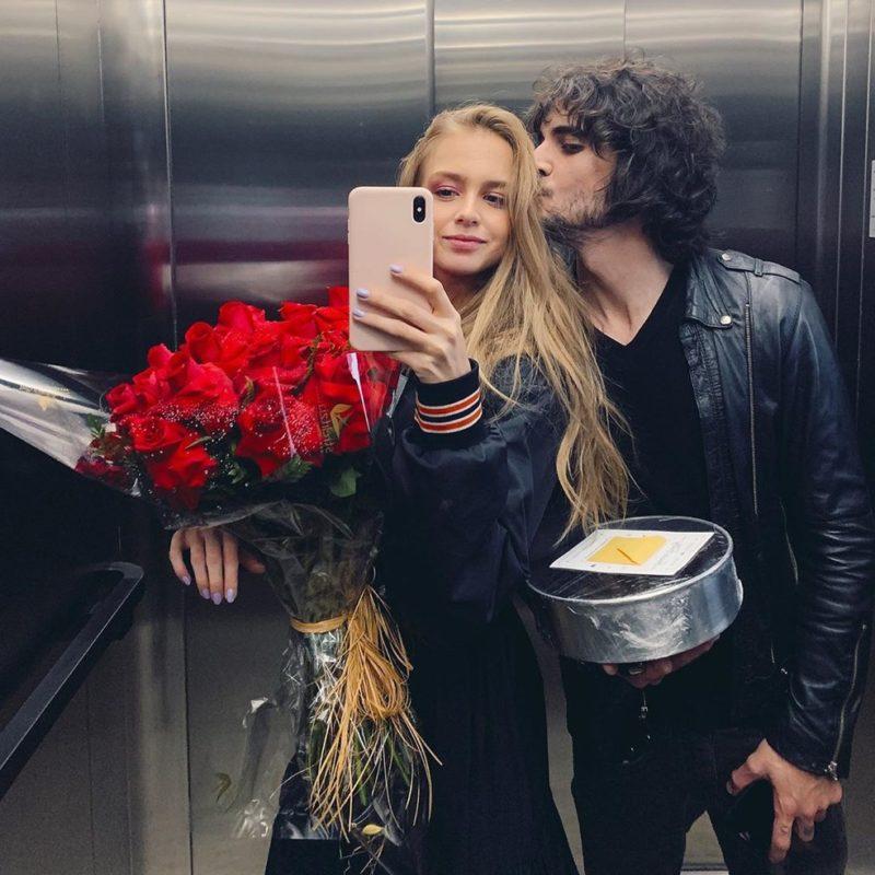 """Fiuk e Isabella Scherer assumiram o romance publicando uma foto em uma rede social no Dia dos Namorados de 2019. A foto dos dois foi publicada em uma rede social. O pai da menina, o nadador Xuxa, comentou a publicação dos dois. """"Hm… Que chique! Te amo."""" Já Fiuk encheu a publicação com corações azuis. – Foto: Reprodução/Instagram"""