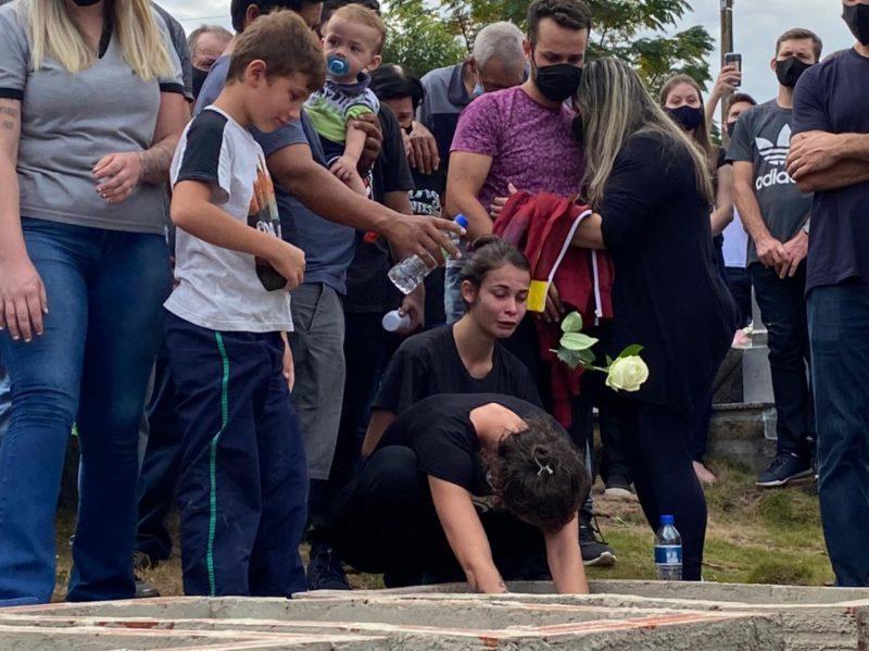 Pais e familiares ficaram muito emocionados ao enterrarem as vítimas do ataque em creche no município de Saudades – Foto: Willian Ricardo/Arquivo/ND