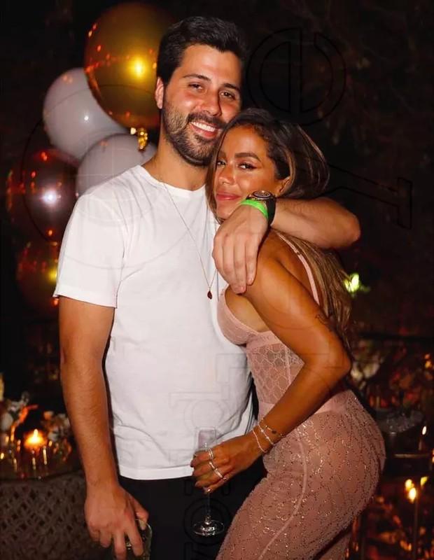 Anitta e o namorado Chetrit, no aniversário de 28 anos da cantora – Foto: Reprodução/Instagram
