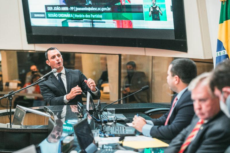 Deputados João Amin (PP) e Ricardo Alba (PSL) trocam farpas na Alesc – Foto: Bruno Collaço/Agência AL