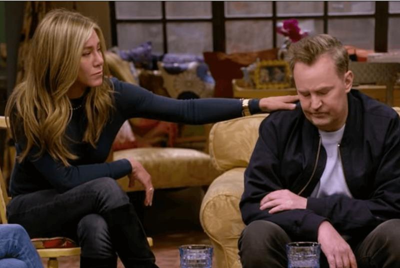 Jennifer Aniston – Rachel – consola Matthew Perry – Chandler Bing – Foto: Reprodução