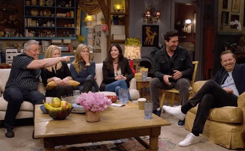 Os atores no cenário que marcou a série Friends: o apartamento de Monica – Foto: Reprodução