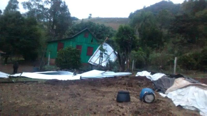Ninguém ficou ferido com a queda do telhado do galpão em São Bernardino, segundo informou a Defesa Civil – Foto: Defesa Civil/Divulgação ND