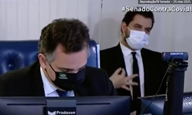 Filipe Martins faz gesto racista atrás de Rodrigo Pacheco em sessão do Senado – Foto: Reprodução/TV Senado
