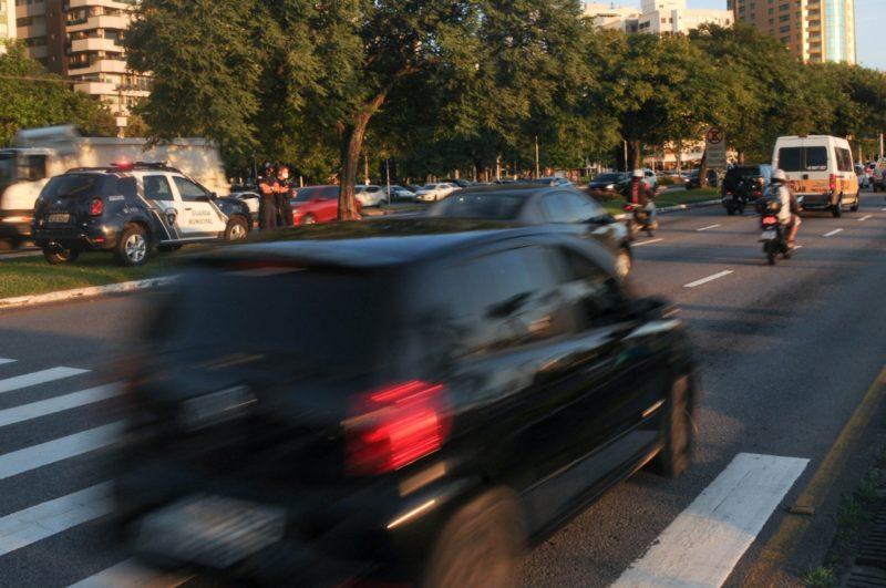 Trânsito de carros na Avenida Beira-Mar em Florianópolis