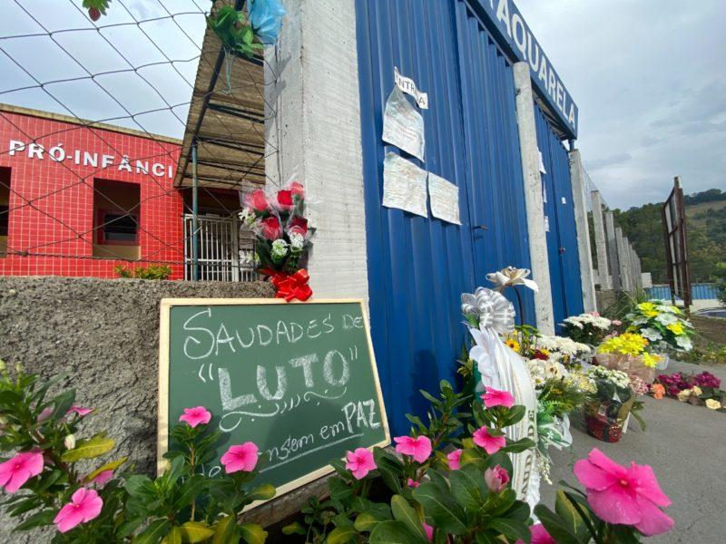 Homenagens ás vítimas da chacina na creche Aquarela de Saudades