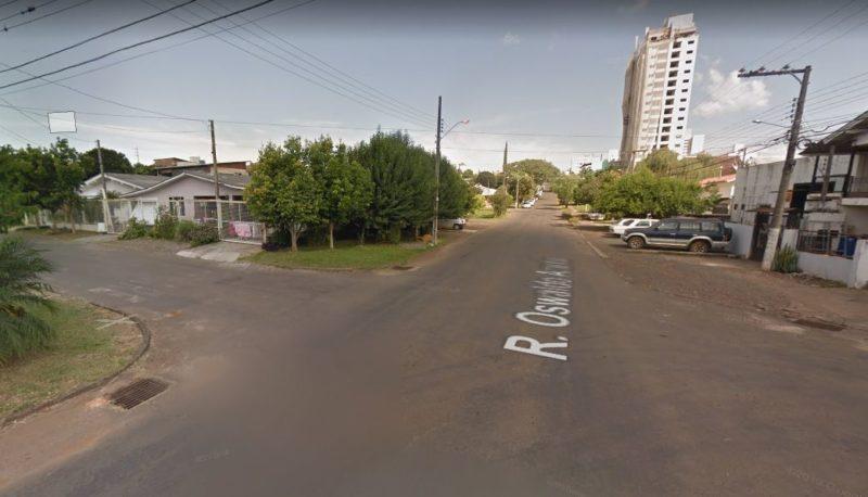 Homem foi morto a tiros na rua Osvaldo Aranha, no bairro Presidente Médici – Foto: Google Street View/Divulgação ND