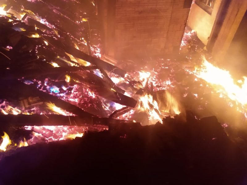 Incêndio atingiu casa em Blumenau – Foto: CBMSC/Divulgação/ND