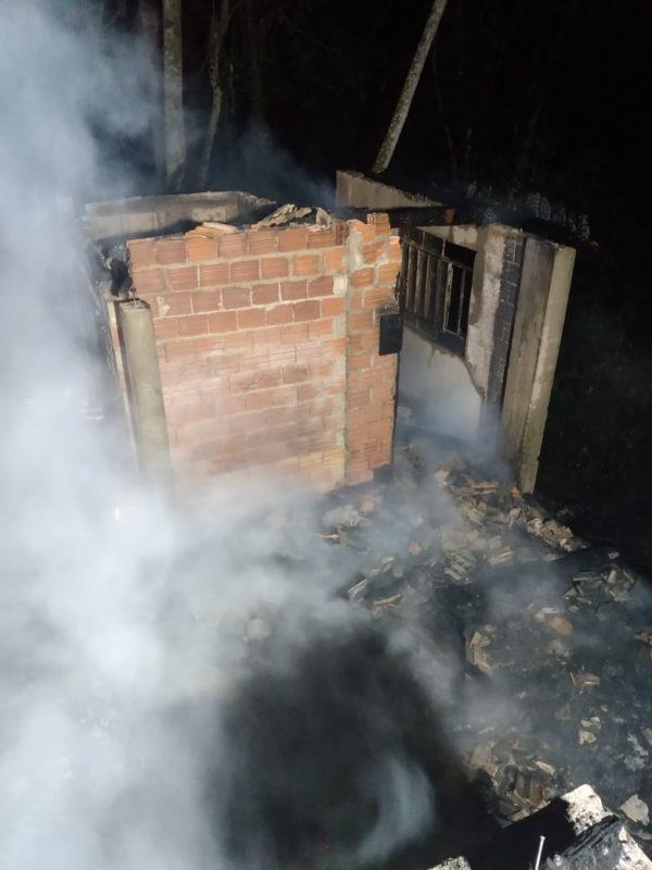 Foram utilizados cerca de 3 mil litros de água no combate às chamas e rescaldo– Foto: CBMSC/Divulgação/ND