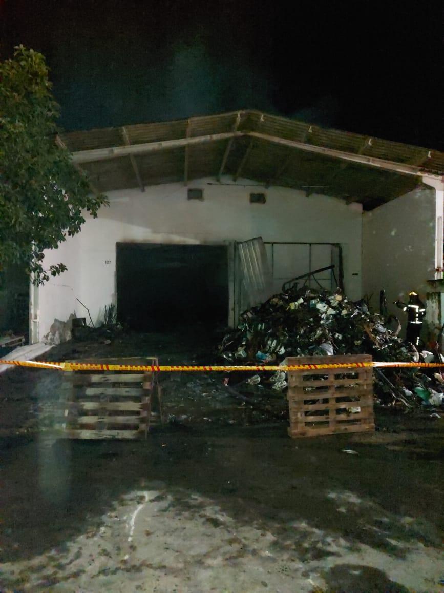 No local estavam armazenados materiais de limpeza, papel, álcool e isopor, entre outros - Corpo de Bombeiros Militar/Divulgação