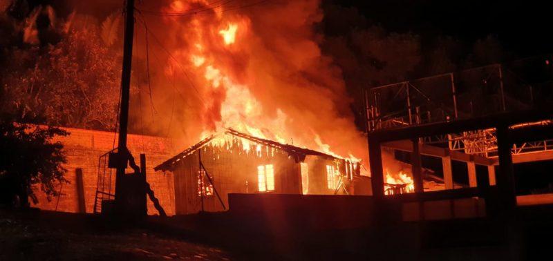 Incêndio ocorreu na noite desta quarta-feira (5) em Jaraguá do Sul – Foto: Redes sociais