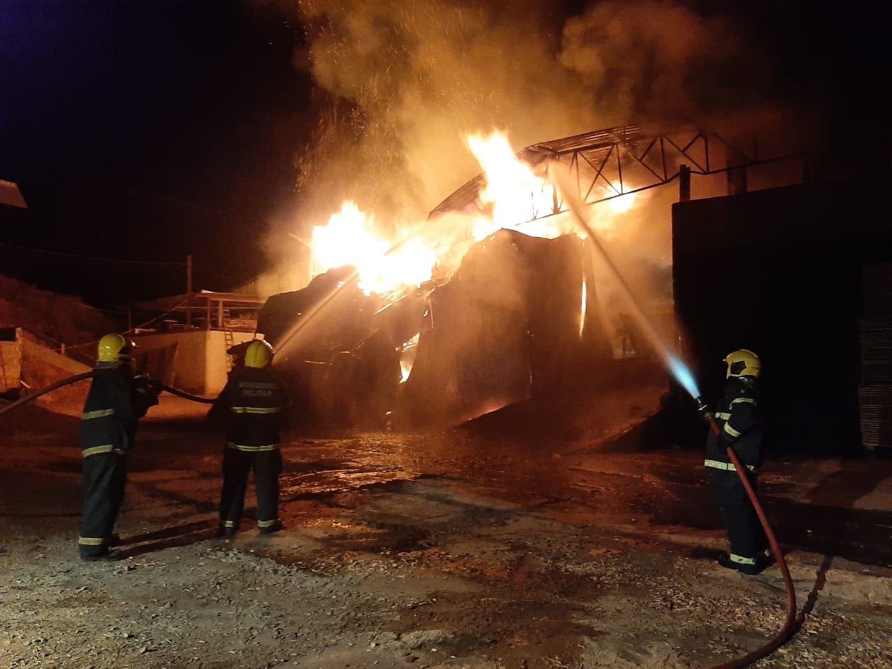 Incêndio começou em uma estufa onde é feita a secagem da madeira - Corpo de Bombeiros de Navegantes/Divulgação