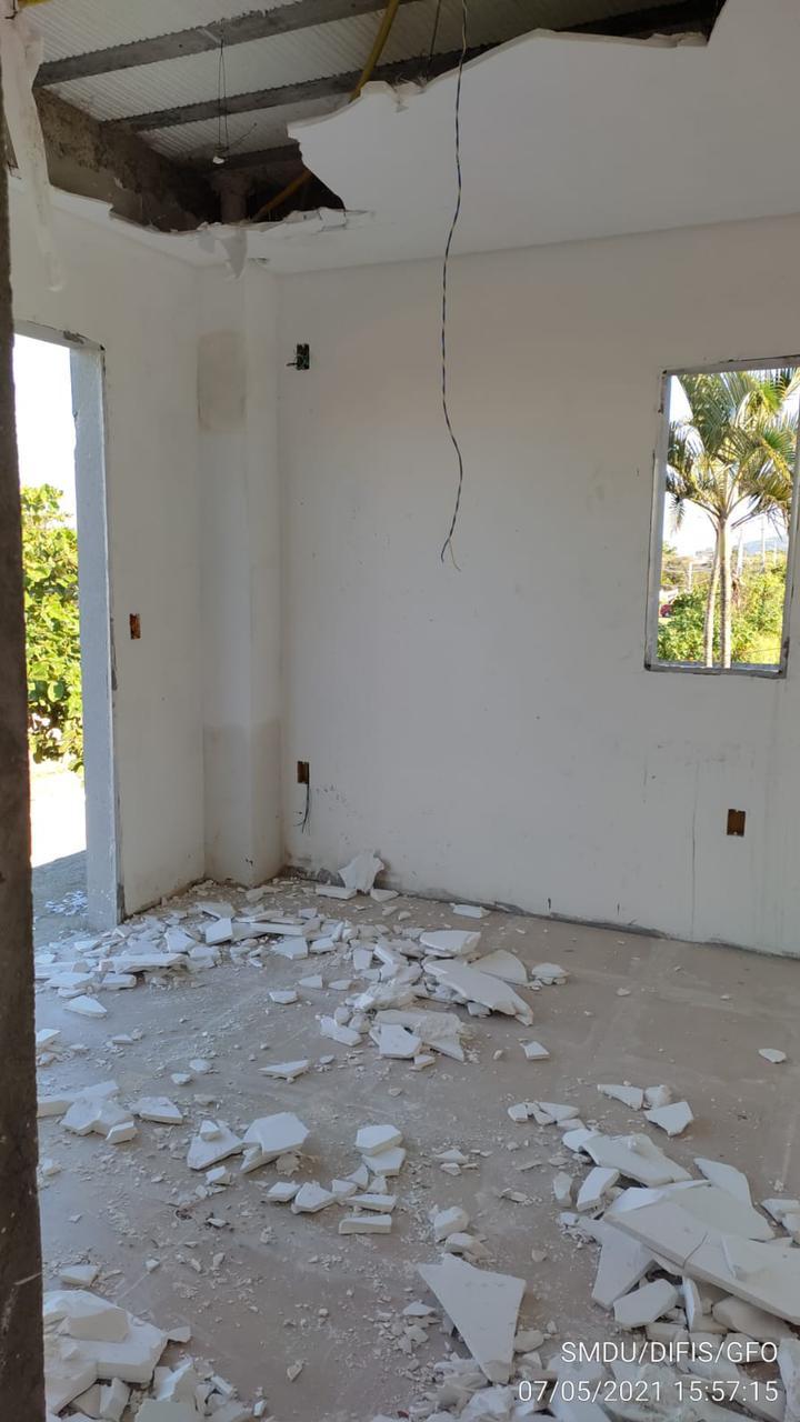 Interior da casa irregular parcialmente demolida, no Campeche - PMF/Divulgação/ND