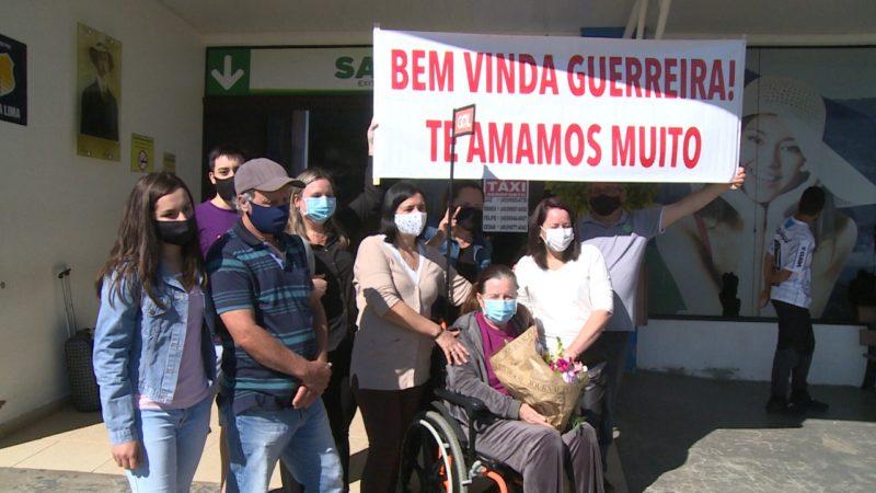 Familiares recepcionaram Ivanir no aeroporto Serafim Enoss Bertaso – Foto: Reprodução NDTV