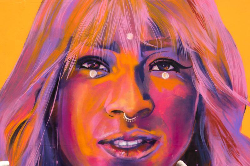 Quem é Jehnny Glow, trans retratada em mural de Florianópolis e que sonha em 'ser grande'