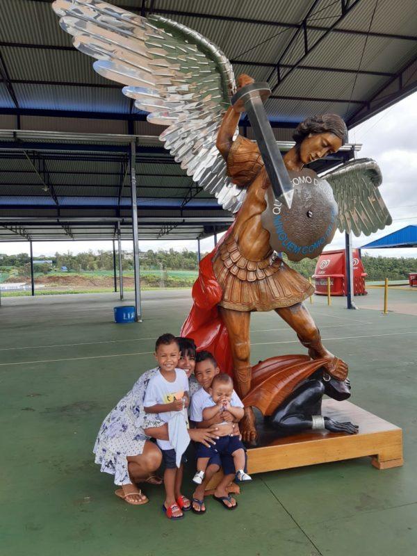 Todos os anos Ketlyn visita o santuário de São Miguel para agradecer a bênção dos três filhos – Foto: Arquivo pessoal/ND