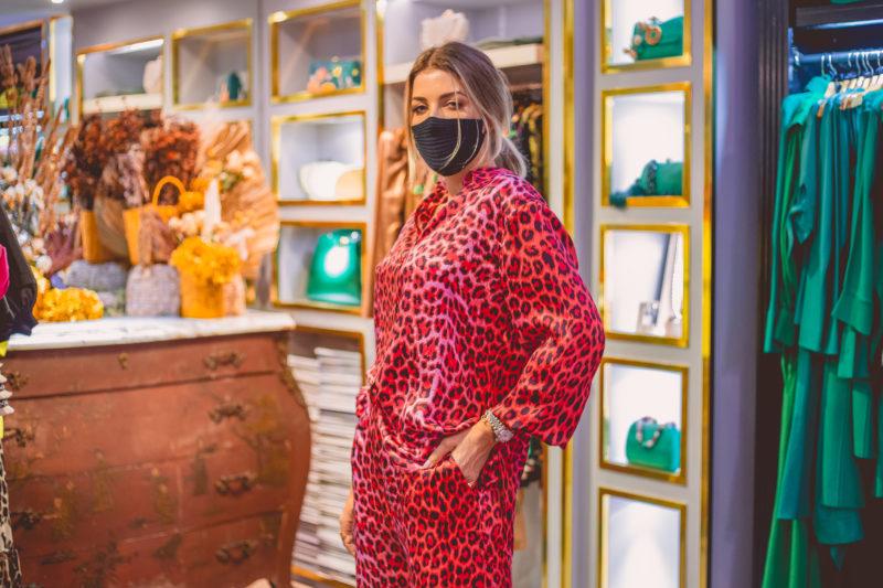 Conjunto Lolu em animal print. O look é todo em seda pura, estilo pijaminha e também da linha Comfy. Segue a tendência animal print da estação e é perfeito para encarar um dia todo no home office. – Foto: Isis Lacombe/ND