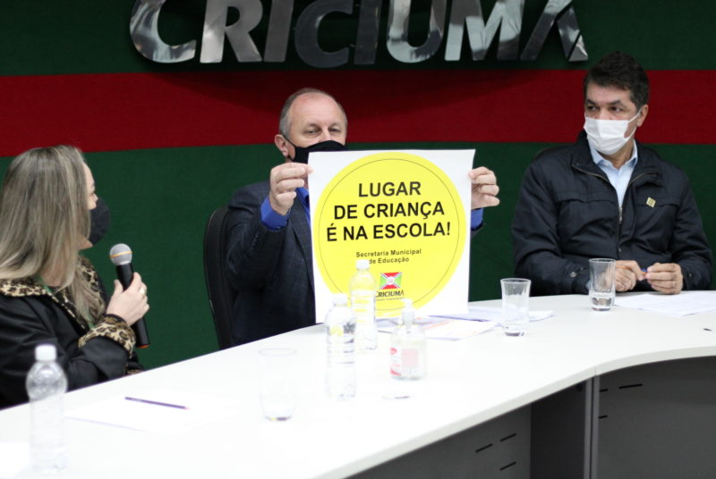 Secretário Municipal de Educação, Miri Dagostin, mandou confeccionar adesivos para chamar alunos às salas de aula. – Foto: Secom/PM Criciúma.