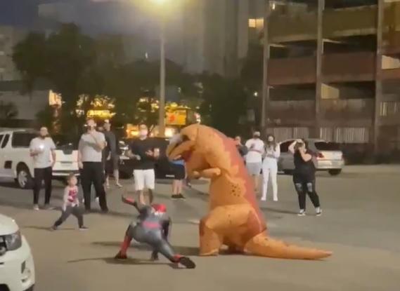 Uma luta inusitada foi flagrada em Joinville no domingo: o homem-aranha e um dinossauro atraíram as atenções de quem passava pelo Centreventos. Confira o vídeo no ND+ – Foto: Reprodução/ND