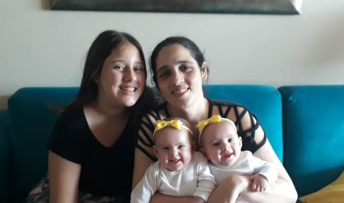 A funcionário pública, Ana Beatriz Leal de Mello, 38 anos, com as gêmeas Helena e Liz, e Sofia, de 11 anos – Foto: Arquivo pessoal/ND