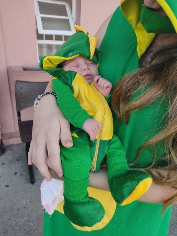 Fã de Super Mário, mãe teve a ideia de fantasiar a filha de dinossauro ao sair da maternidade – Foto: Dani Lando/NDTV