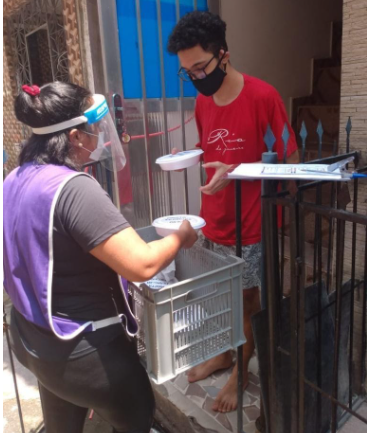 Entrega de quentinhas a moradores que tiveram de ficar em isolamento sem poder trabalhar – Foto: Fiocruz/Divulgação ND
