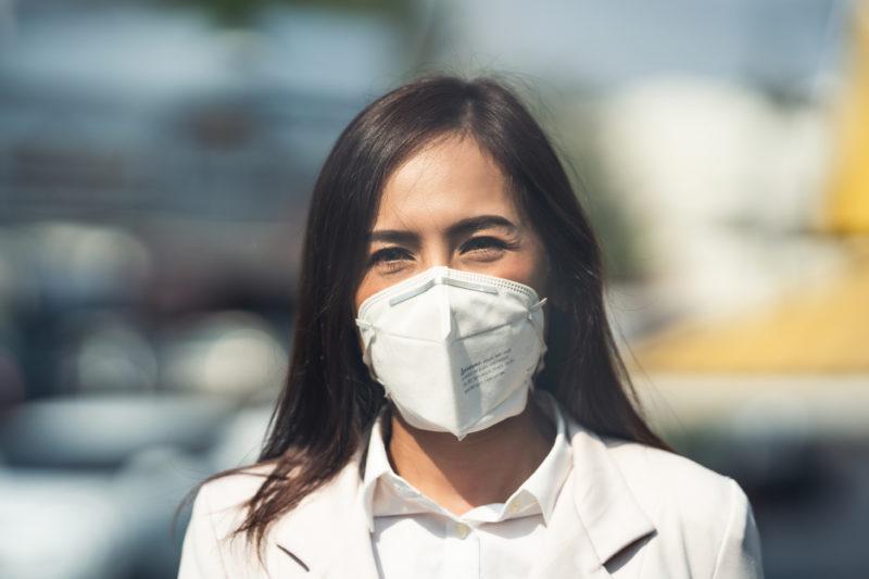 Com novas variantes, mais transmissíveis, orientação é usar máscaras PFF2 (ou N95) em ambientes fechados. Outra opção é usar duas máscaras, a cirúrgica por baixo e a de tecido por cima – Foto: iStockphoto/Divulgação/ND