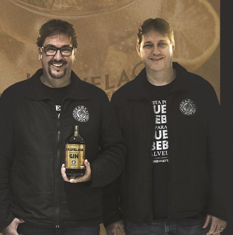 Os irmãos Mauricio (à esq.) e Marcos Kalvelage, diretores da destilaria catarinense – Foto: Divulgação/ND